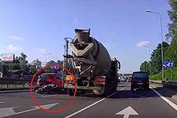 #dziejesiewmoto [358]: nieostrożny motocyklista, ryzykowny manewr i wypadki w X6