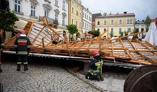 Skutki przejścia nawałnicy nad Tarnowem. Zerwany z remontowanej kamienicy dach spadł na rynek miasta.