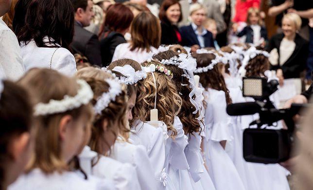 Do pierwszej komunii idzie w Polsce znacznie więcej dzieci niż chodzi regularnie do kościoła