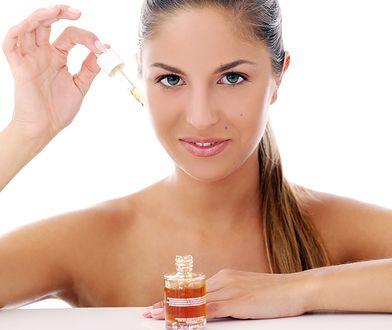 Nie chodzi tylko o oczyszczanie. Te sposoby pomogą ci kontrolować tłustą cerę