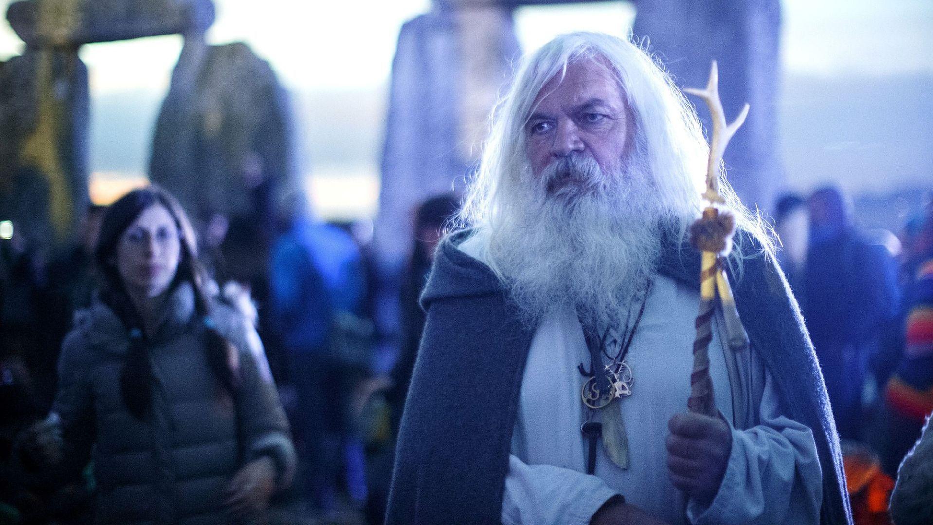 Druidzi zebrani w Stonehenge w wieczór poprzedzający letnie przesilenie.