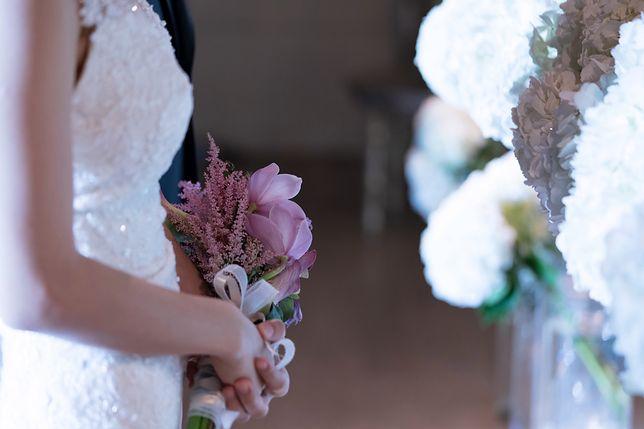 Ada zastanawia się, czy iść na wesele. Nie stać jej, by dać nowożeńcom pieniądze