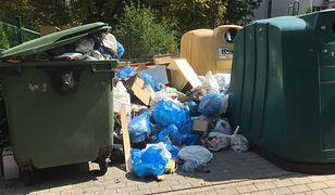 """Mokotów zalany śmieciami. """"Porozrzucane worki leżą na chodnikach"""""""