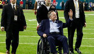 """Bush od 5 lat porusza się na fotelu inwalidzkim. Według rzecznika z tego powodu """"jego ręce znajdują się poniżej talii osób, z którymi się fotografuje"""""""