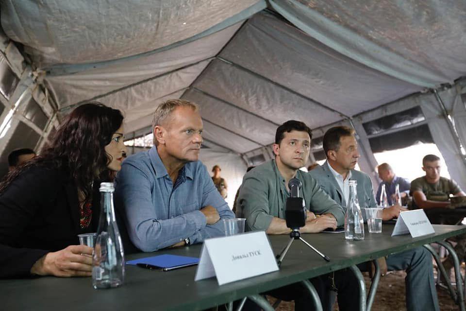 Ukraina. Tusk i Zełenski na linii frontu w Donbasie