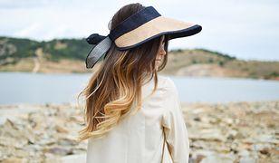 Jasne refleksy na ciemnych włosach dodają fryzurze lekkości