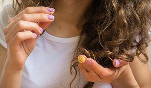 Kosmetyki do włosów kręconych kręconych powinny mieć właściwości odżywiające i nawilżające