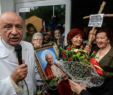 Profesor Bogdan Chazan w otoczeniu protestujących przeciwko zwolnieniu go ze szpitala Św. Rodziny w Warszawie