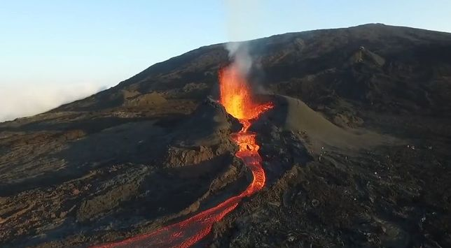 Zapierająca dech w piersiach erupcja wulkanu Piton de la Fournaise