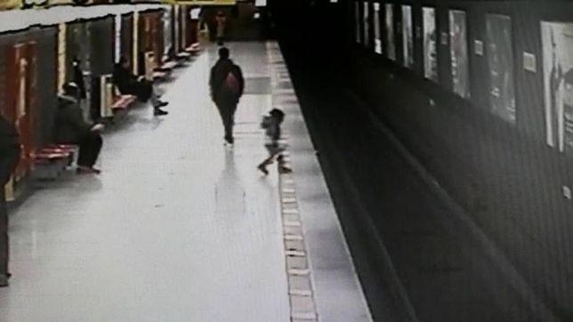 Dwulatek wbiegł na tory. Matka spuściła go z oczu na moment