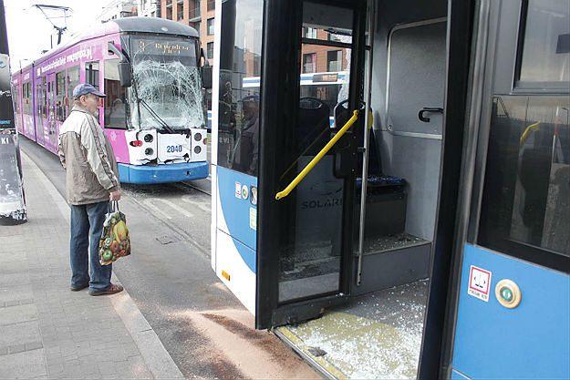 Zderzenie autobusu z tramwajem w Krakowie. Są ranni