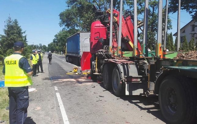 Auto zmiażdżone przez ciężarówki. Zmarł ranny chłopiec