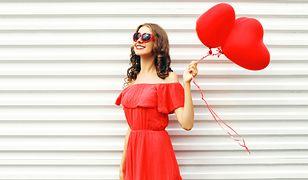 Czerwona sukienka jest niezawodnym sposobem na zwrócenie na siebie uwagi.