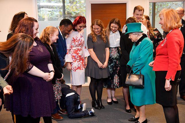 Królowa Elżbieta II weszła do sali. Słodka reakcja 9-latka