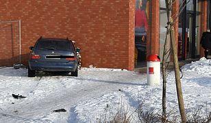 22-latek w BMW wjechał w ścianę sklepu. Policja ostrzega