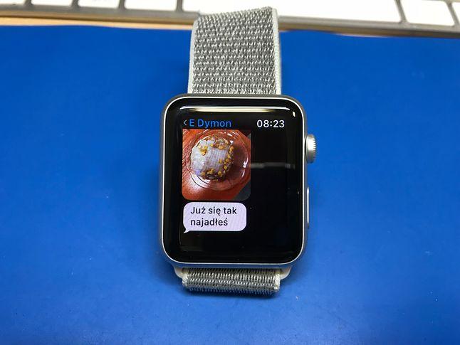Apple Watch wyświetla wiadomości i załączniki do nich. Dzięki dobremu ekranowi, nawet na tak małym ekranie wydać, co jest na zdjęciu. Leniwi mogą podyktowaćodpowiedź albo skorzystać z gotowych szablonów i emoji.