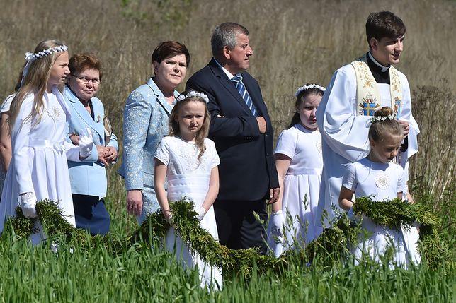 Ks. Tymoteusz Szydło idzie z rodziną na jego mszę prymicyjną