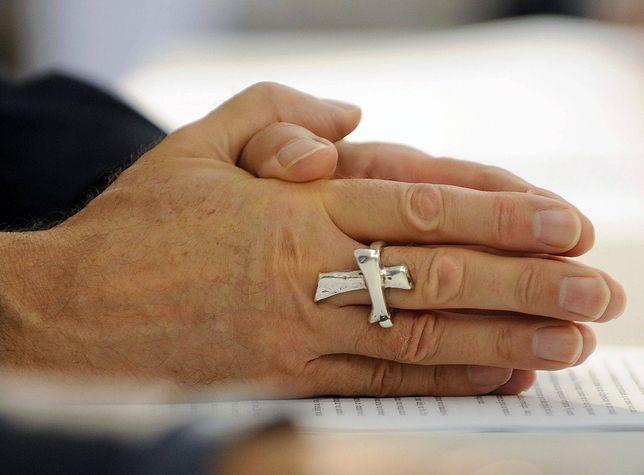 Ksiądz zachęca do całowania duchownych w ręce