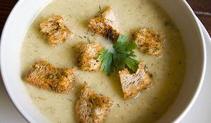 Kremowa zupa z pieczonego czosnku. Rozgrzewa i syci na długo