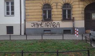 """""""J....ć murzyna"""", """"j....ć araba"""". Rasistowskie napisy na praskich ulicach"""