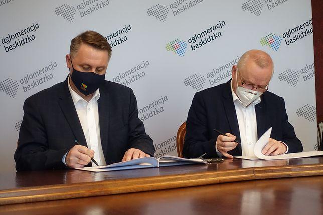 Śląskie. Umowę na opracowanie studium rewitalizacji linii kolejowej Bielsko-Biała - Skoczów podpisano we wtorek 11 maja w bielskim Ratuszu.