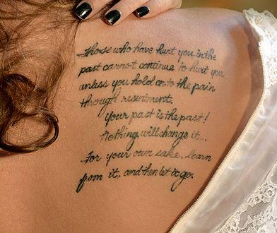 Pomysły cytatów na tatuaż można czerpać z muzyki, literatury, a także ludowych porzekadeł.