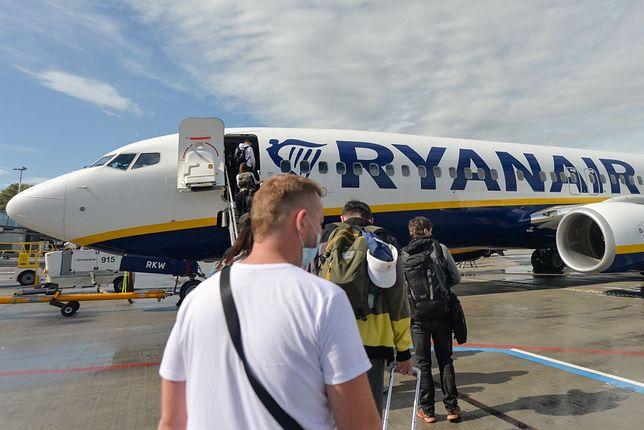 Pasażerowie wsiadający do samolotu linii Ryanair