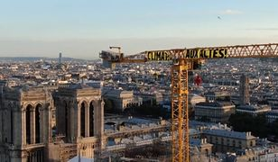 """Aktywiści Greenpeace protestują w Paryżu. Na dźwigu stojącym przy katedrze Notre-Dame wywiesili transparent """"Klimat, do działań"""""""