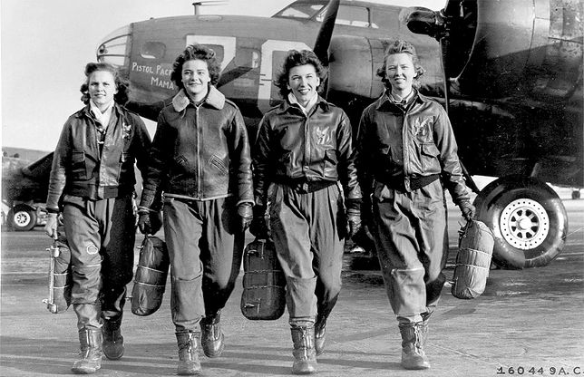 Frances Green, Margaret (Peg) Kirchner, Ann Waldner i Blanche Osborn po wyjściu ze swojego samolotu w szkole pilotów w Ohio w USA. Kobiety ćwiczyły przeloty Latającymi Fortecami - B-17