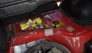 Funkcjonariusze znaleźli w baku samochodowym nietypową zawartość