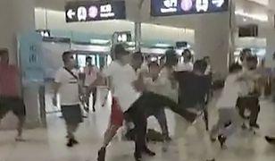 Atak na pasażerów metra w Hongkongu. Wpadli na peron i bili