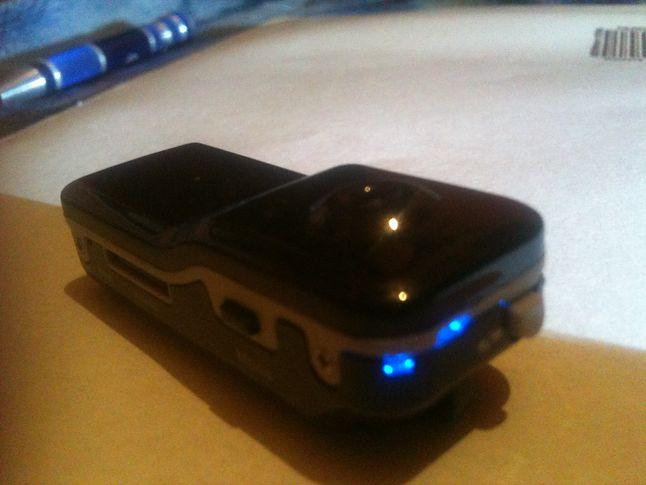 Góra urządzenia, światełko z przyciskiem nagrywania