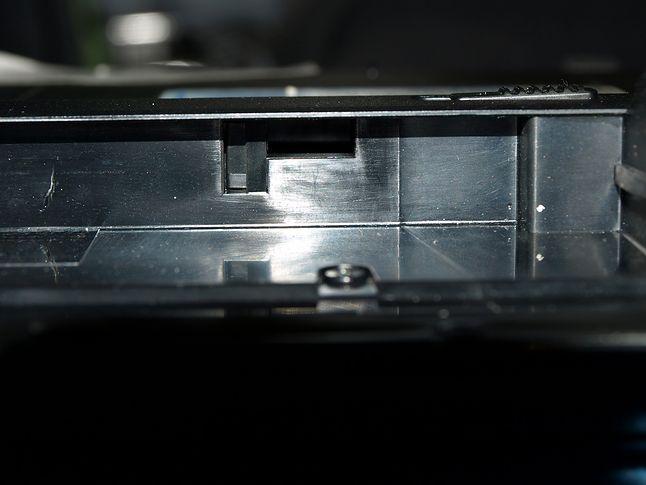 Ułamany prawy (do góry nóżkami) zatrzask. Po lewej stronie widać pęknięcie obudowy. Kto wie skąd...