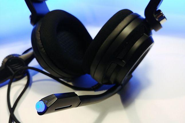 Końcówka mikrofonu, gdy jest aktywny, świeci się na niebiesko