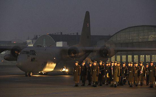 Żołnierze wrócili do kraju, smutek i łzy na Okęciu - zdjęcia