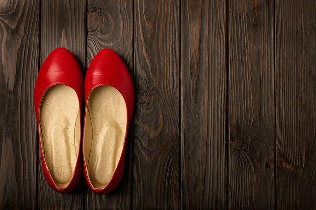 Skromne, jednokolorowe baleriny będą dobre do sukienek i spodni