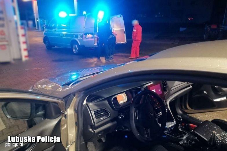 Akcja na stacji paliw. Policja wybiła szybę