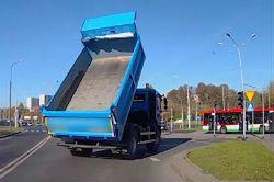 #dziejesiewmoto [206]: Zapobiegł poważnemu wypadkowi, parkowanie jest trudne i mistrz ucieczki