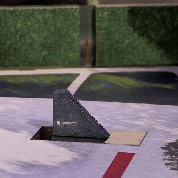 Czerwony dywan, żywopłot i krzyż przed pomnikiem smoleńskim. Zapytaliśmy warszawiaków, co o tym sądzą