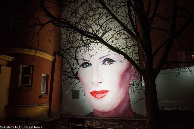 Mural upamiętniający Korę znajduje się w Warszawie