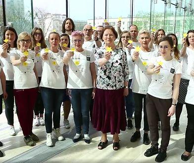 Blisko 2 tys. wolontariuszy będzie rozdawać przechodniom na ulicach Warszawy papierowe żonkile