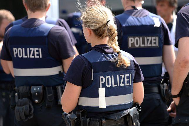 Alkohol, wymachiwanie bronią i publiczne oddawanie moczu. Policjanci odesłani do domu