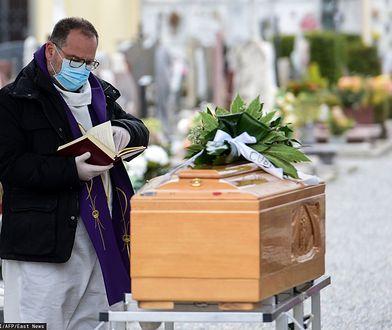 Skromny pogrzeb ofiary koronawirusa we Włoszech.