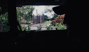 Z baraku Zygmunta widać dymy, które unoszą się nad piecami.