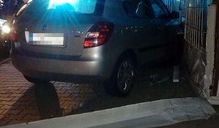 Auto uszkodziło witrynę sklepu