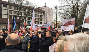Manifestacja pod ambasadą Rosji. Domagają się zwrotu wraku Tupolewa
