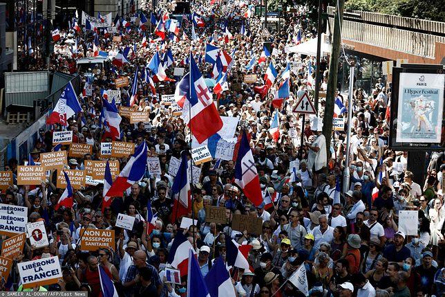 Protesty przeciw paszportom sanitarnym trwają we Francji już od kilku tygodni