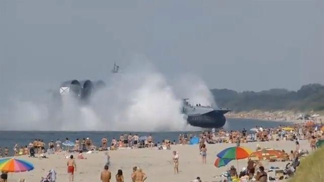 """Okręt desantowy """"zaatakował"""" turystów na plaży"""