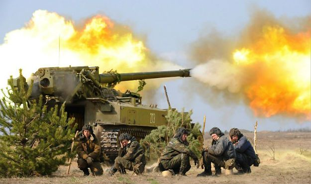 Białoruscy żołnierze w trakcie ćwiczeń ogniowych na poligonie