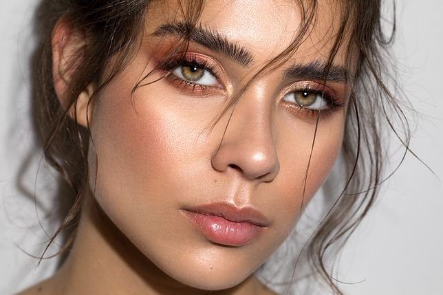 Makijaż dla opadającej powieki dodaje świeżości spojrzenia.